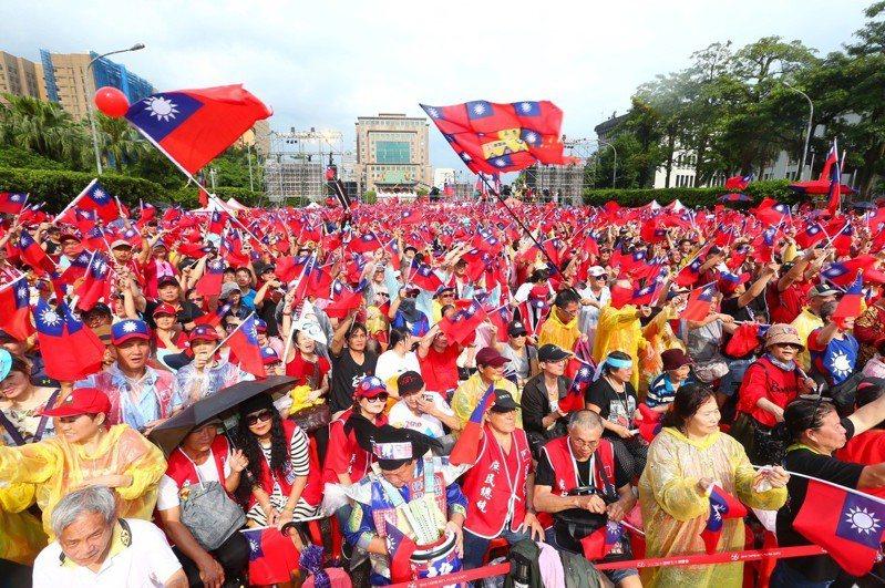 挺高雄市長韓國瑜直攻總統的「庶民韓粉後援會」下午在總統府前凱道辦「決戰2020」造勢大會。記者王騰毅/攝影