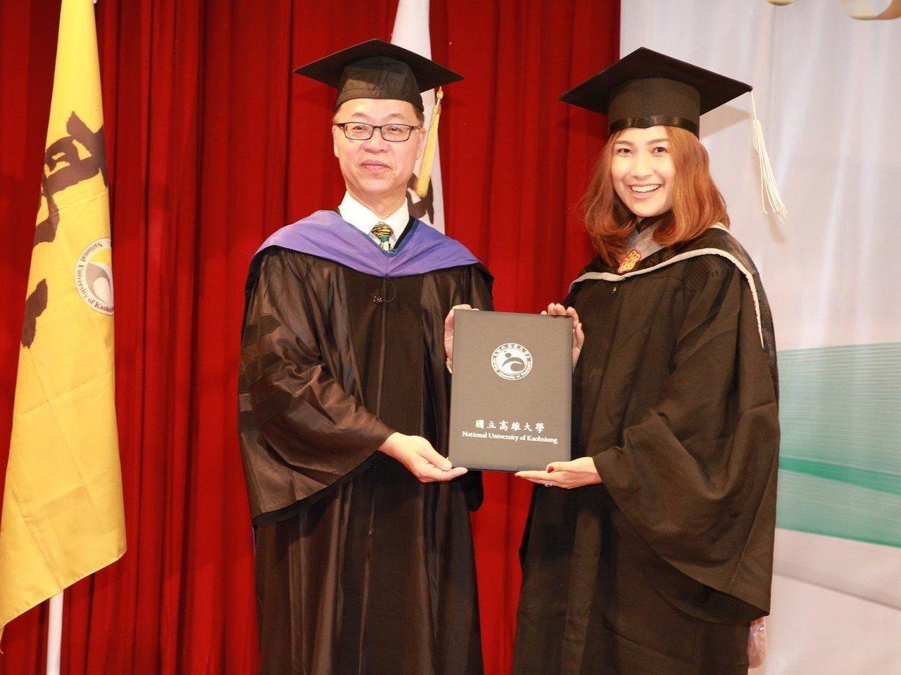 高雄大學校長王學亮(左)頒授學位給泰籍空姐陳美珠(右),取得高大、蘭實雙聯碩士學...
