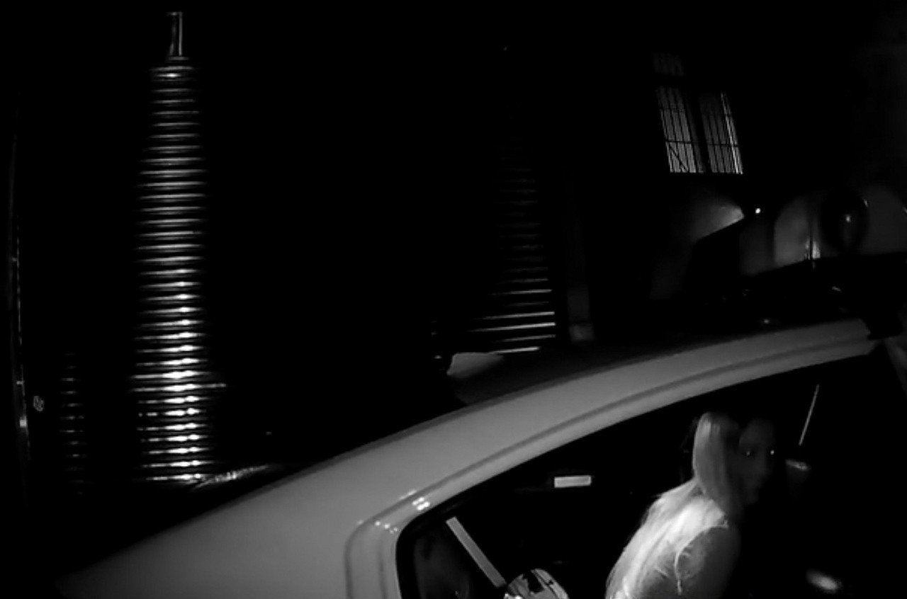新北市劉姓女子疑似與男友發生爭吵心情不佳,日前獨自一人坐在土城區路橋上喝酒,且上...