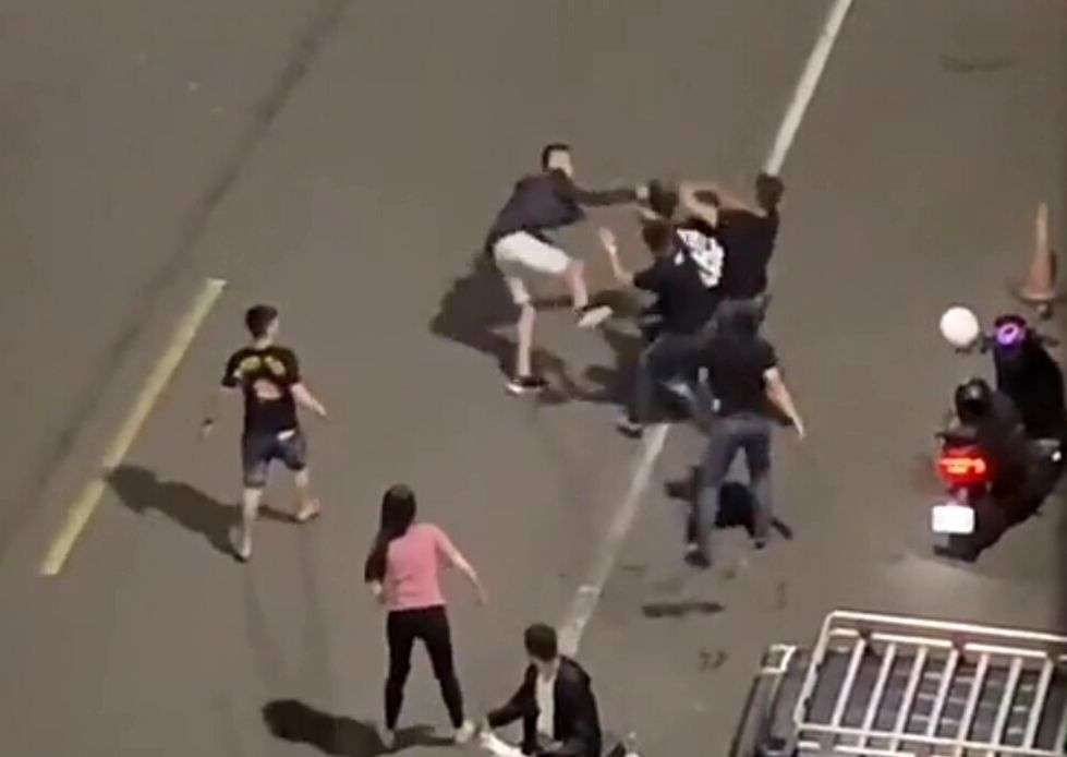 高雄市三民區2男子在馬路上大打出手,朋友急著阻止。圖/擷自「爆料公社」