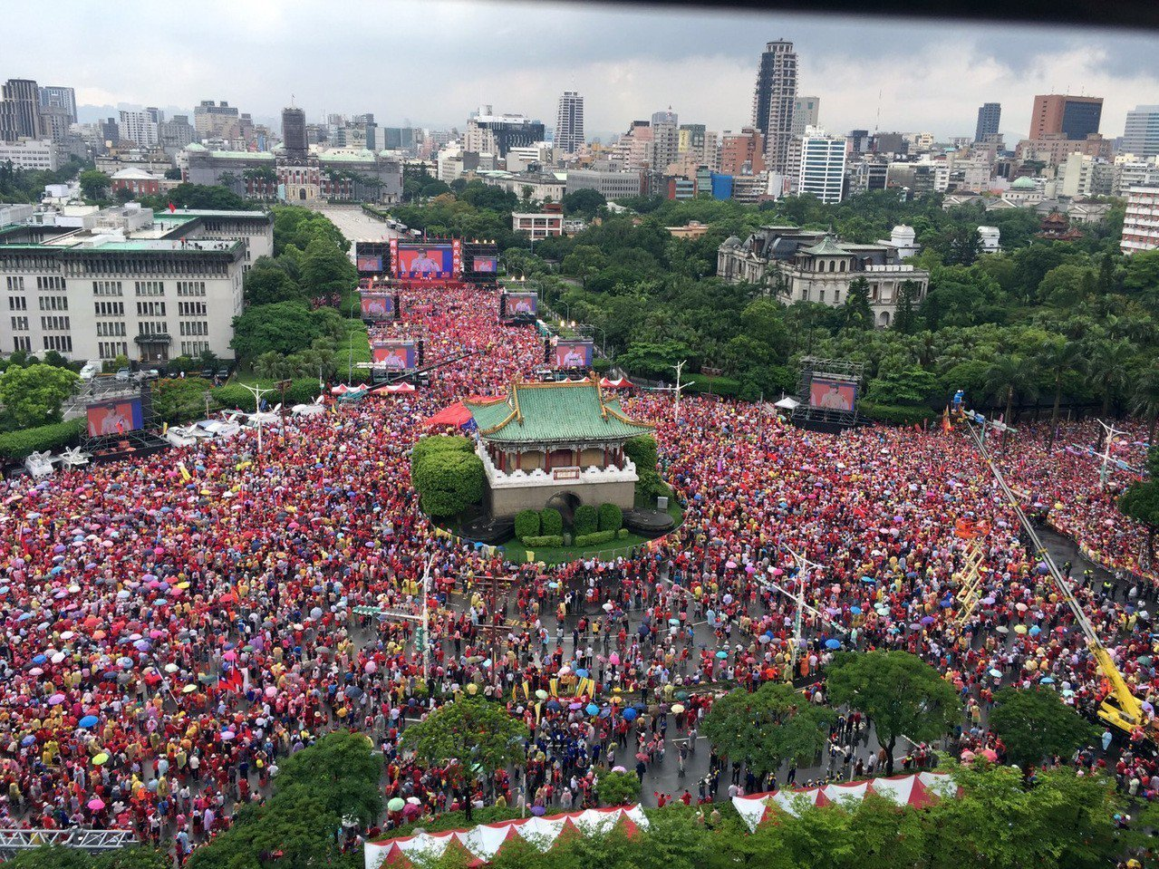 主辦單位稱,挺韓大會師人數接近40萬,韓國瑜已到現場。 記者曾吉松/攝影