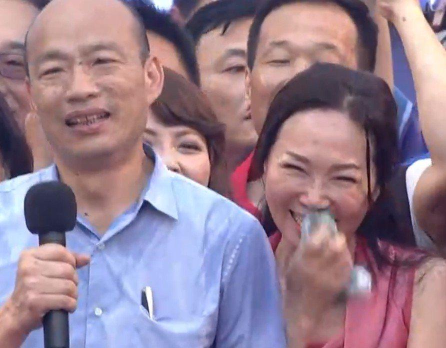 高雄市長韓國瑜及其妻李佳芬今下午4點47分開始「大進場」韓粉幫他辦在凱道選總統造...