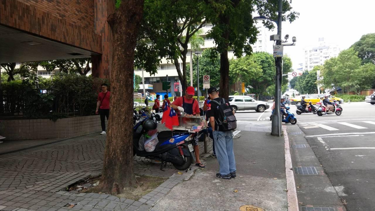 有些攤販在周邊與警方捉迷藏。記者楊正海/攝影