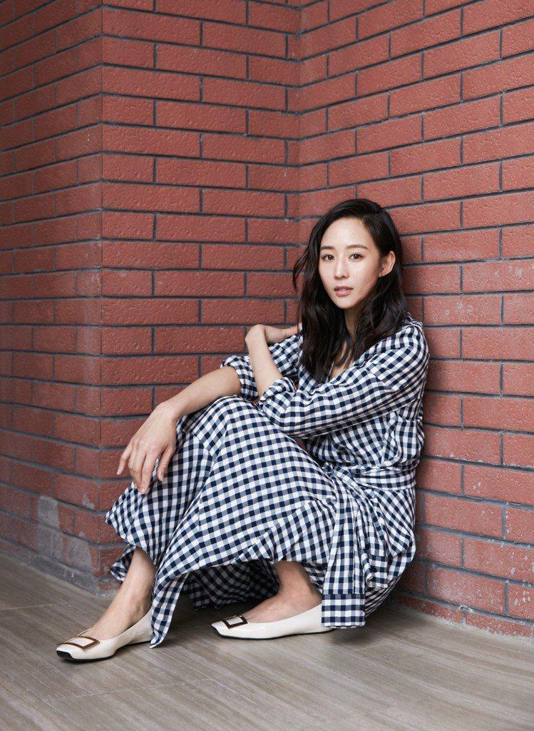 張鈞甯以Maje 2019春夏黑白格紋洋裝搭出清新的夏日氛圍。圖/Maje提供