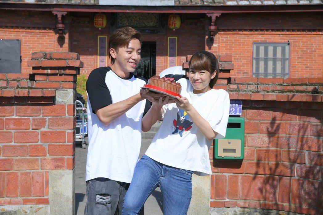 林思宇(右)過生日,坤達送蛋糕。圖╱三立提供