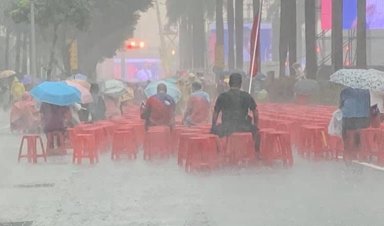 黃敬平臉書轉貼朋友傳給他的照片,認為大雨中支持者不肯離去,國民黨初選誰最強態勢明...