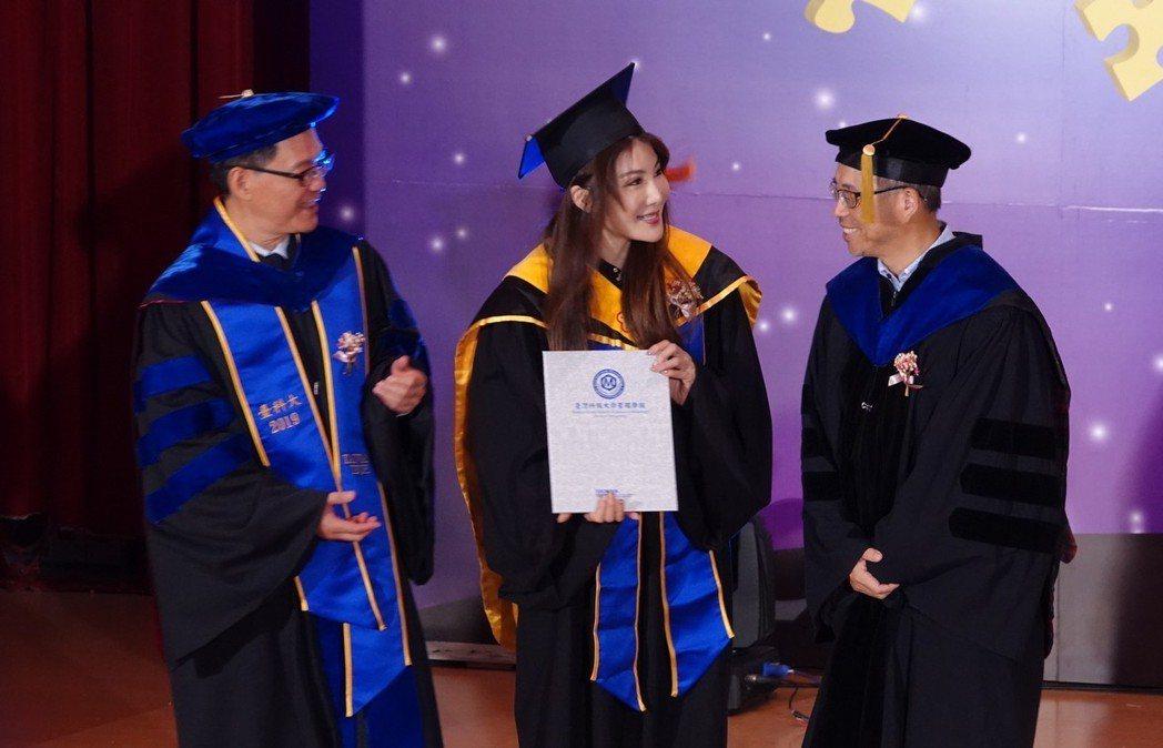 楊麗菁順利拿到EMBA碩士學位。圖/單純夢想文創事業提供