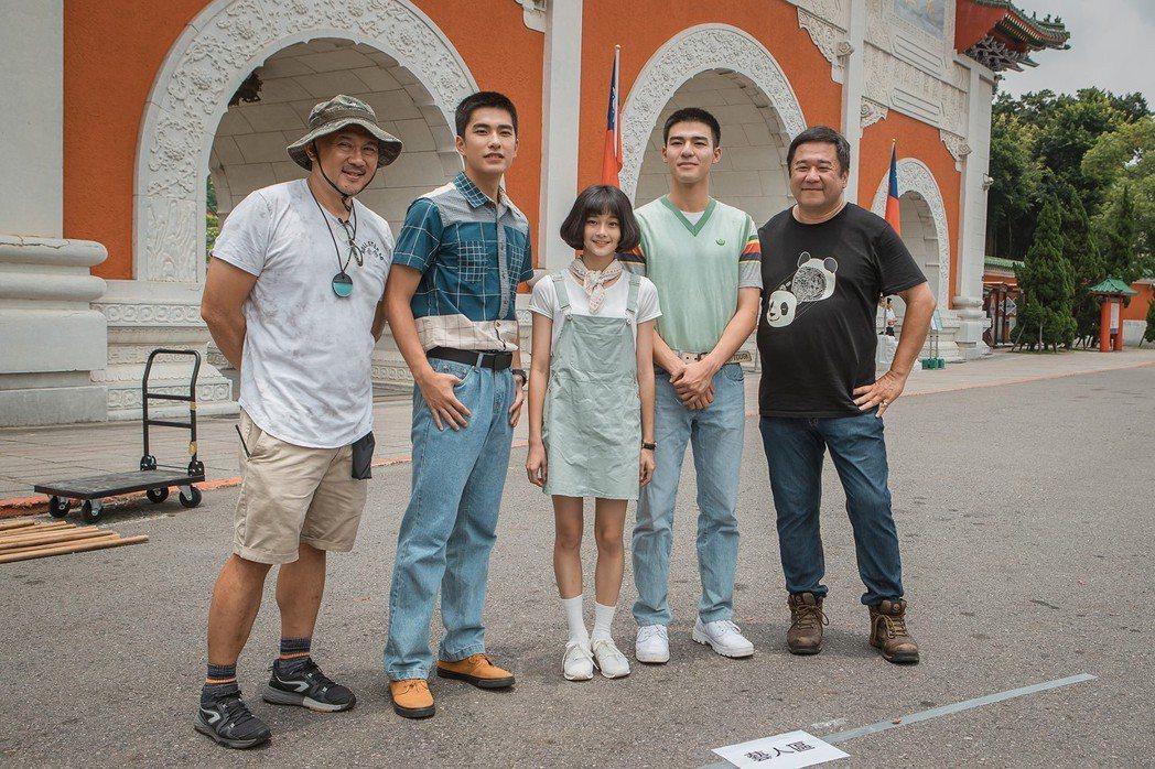 瞿友寧(右)監製新片「刻在你心底的名字」1日在忠烈祠舉辦媒體探班,左起為導演柳廣