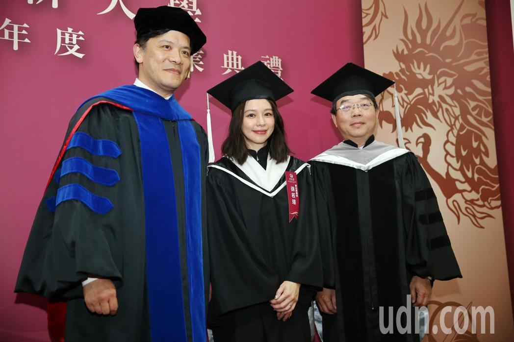 徐若瑄今晚出席世新大學107學年度碩博士生畢業典禮,特地換上畢業服持著花束,世新...