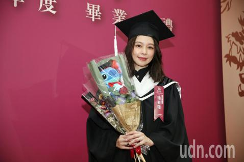 徐若瑄2016年以「第10名正取」成績,考進世新大學上海分校境外碩士在職專班,如今攻讀3年終於畢業,還要同時兼顧事業、家庭,她也於1日上台領取畢業證書,終於獲得學位,她也眼眶泛紅表示「只要有決心,還...