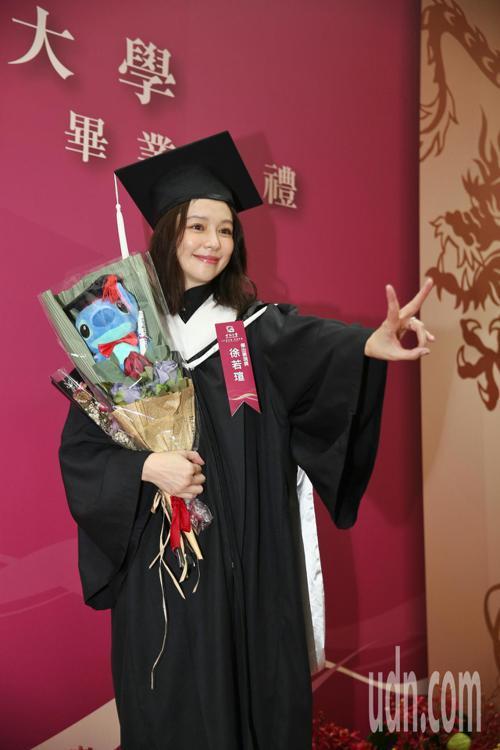 徐若瑄今晚出席世新大學107學年度碩博士生畢業典禮,特地換上畢業服持著花束,提到...