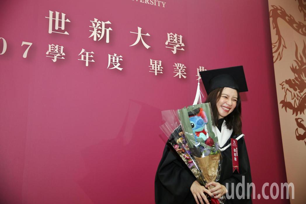 徐若瑄今晚出席世新大學107學年度碩博士生畢業典禮,特地換上畢業服持著花束。記者...