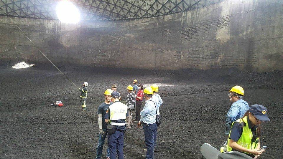 中石化頭份廠下午發生工人遭煤炭掩埋的工安意外,蕭姓工人被救出後送醫不治。圖/苗栗...