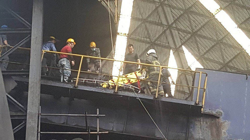 中石化頭份廠下午發生工人遭煤炭掩埋的工安意外,救援人員在現場設法營救,但蕭姓工人...