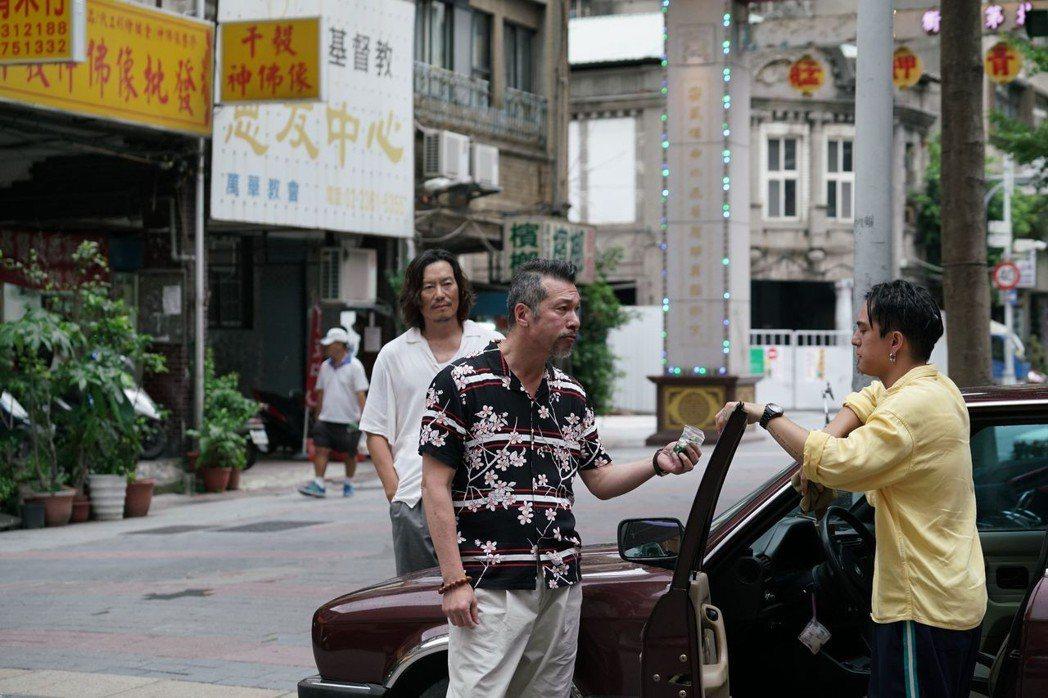 黃仲崑和豐川悅司在「亡命之途」合作。圖/威視提供