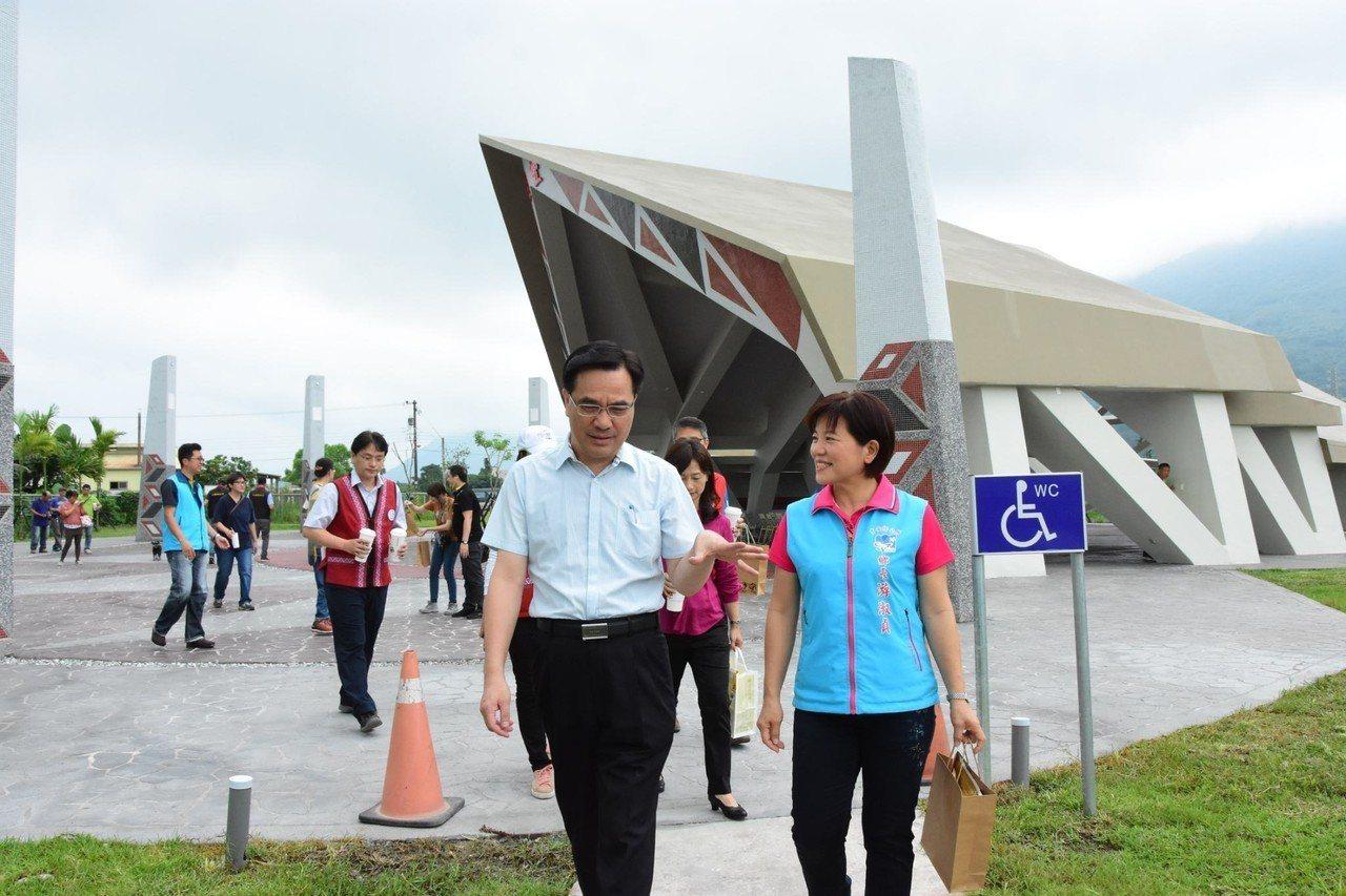 原民會主委夷將‧拔路兒(左)親自前往驗收。圖/吉安鄉公所提供