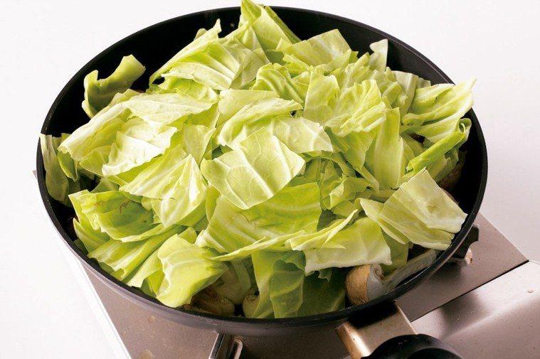 食材入鍋別急著翻動,直接乾燒,將食材水分引出。 圖/摘自山岳出版《減鹽料理可以這...