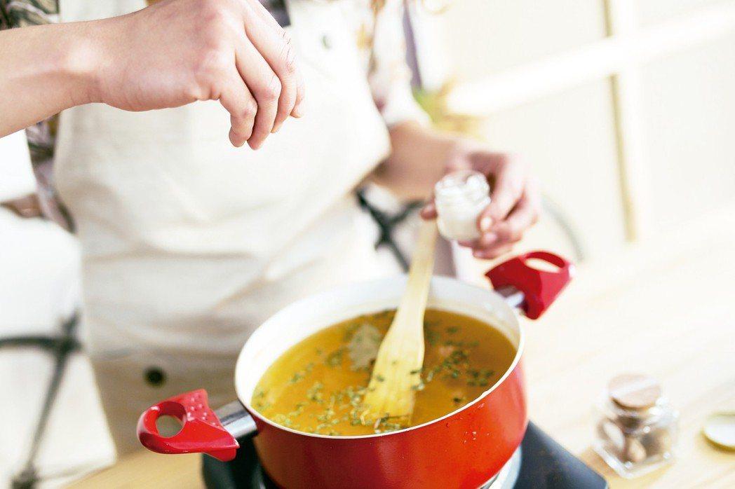 營養師建議生活中的減鈉方式,除了選擇天然食物,還有「少喝湯」,因為「湯是鈉的深淵...