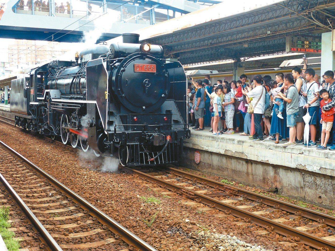 DT668蒸汽火車緩緩駛進彰化站第二月台,鐵道迷爭著搶拍。 記者劉明岩/攝影