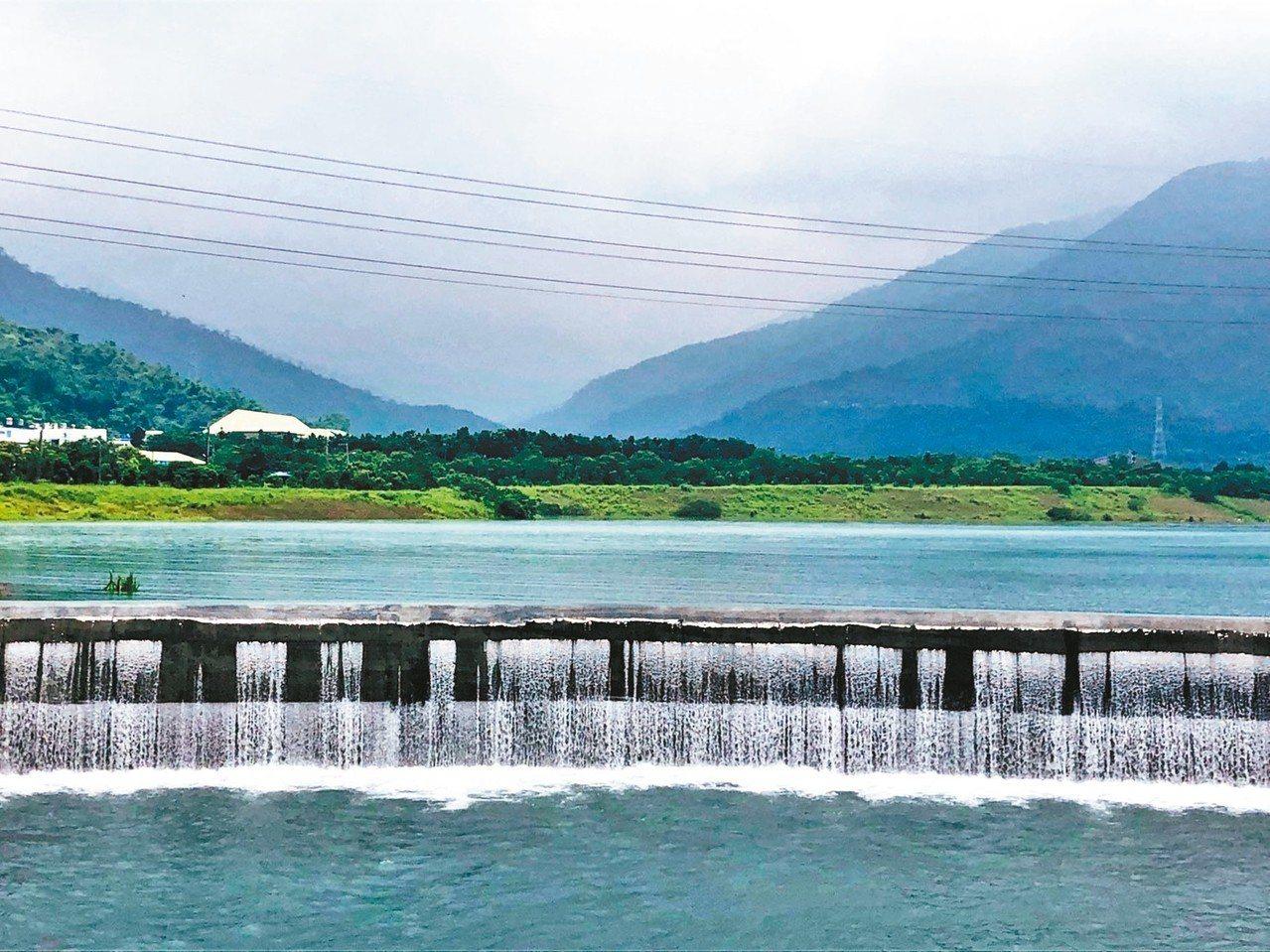 屏東縣大潮州人工湖最近引水後,在大山之下展現出大湖美景,但其實這裡是地下水補注湖...