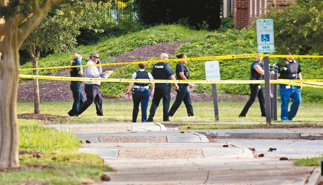槍擊案發生後,大批警力在現場調查蒐證。 (美聯社)