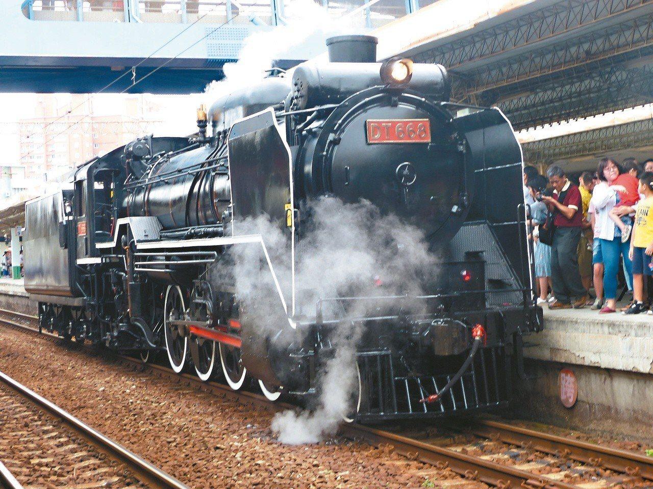 DT668蒸汽火車煙囟冒起黑煙,並散發著蒸汽,緩緩駛進彰化站第二月台。 記者劉明...