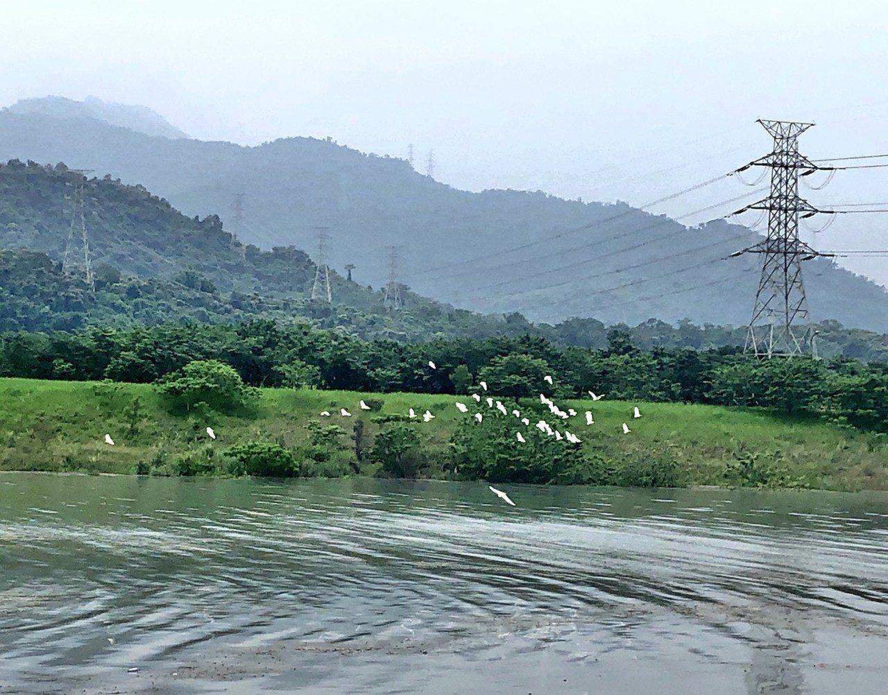 屏東縣大潮州人工湖最近引水後,在大山之下展現的大湖美景,但其實這裡是地下水補注湖...
