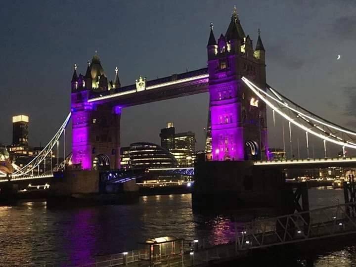 倫敦塔橋變色歡迎BTS和阿米。圖/摘自推特