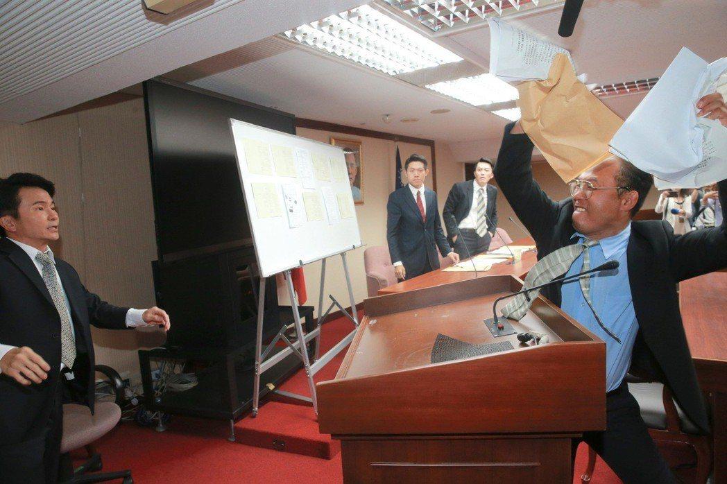 演員唐從聖(中,飾演陳木寛)等人重現1990年代立法院審查刑法100條的質詢衝突