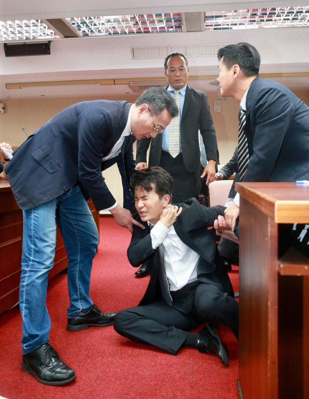 演員唐從聖(中,飾演陳木寛)等人重現1990年代立法院審查刑法100條的質詢衝突...
