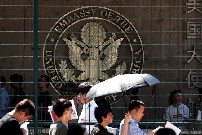 美國國務院證實推出新表格,多數簽證申請人需填過去五年使用過的社群媒體帳號等訊息。...
