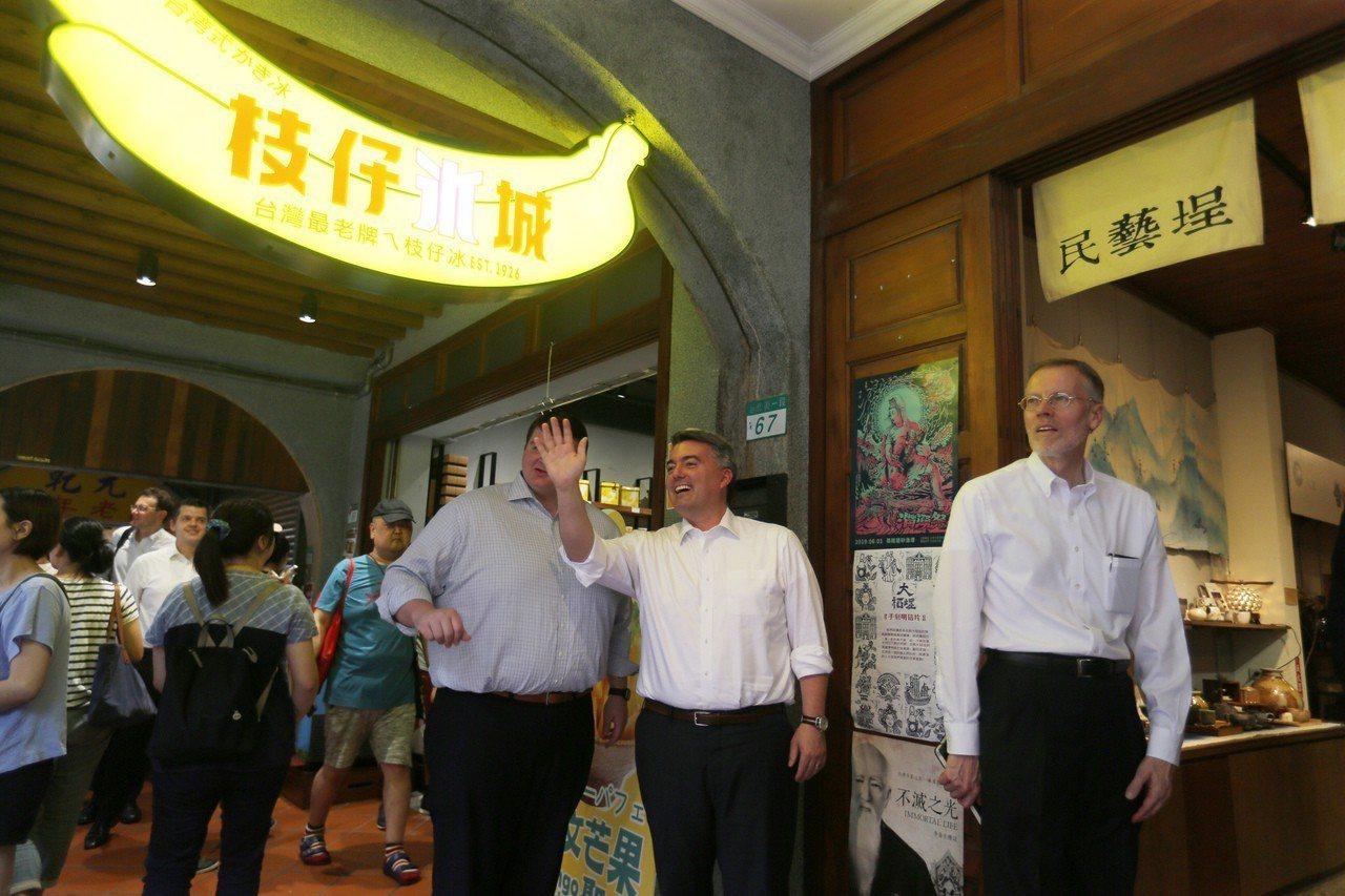 美國聯邦參議院外交委員會亞太小組主席賈德納(右2)與美國在台協會(AIT)處長酈...