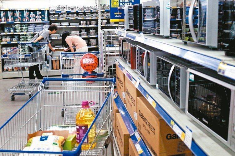 中國六月一日起對一系列價值六百億美元的數千種美國產品徵收高額關稅,圖為消費者在北...