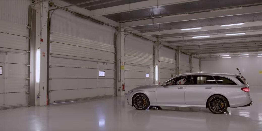 有577匹馬力的Mercedes-AMG E63S暴力旅行車。 摘自Netfli...