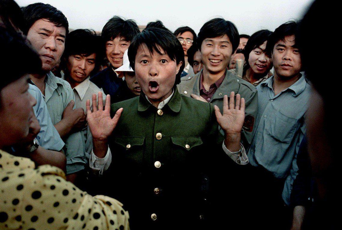 廣場中已有警察公安滲透勘查,圖為2日有一名官方人士在對學生唱歌,但其身分(軍方或...