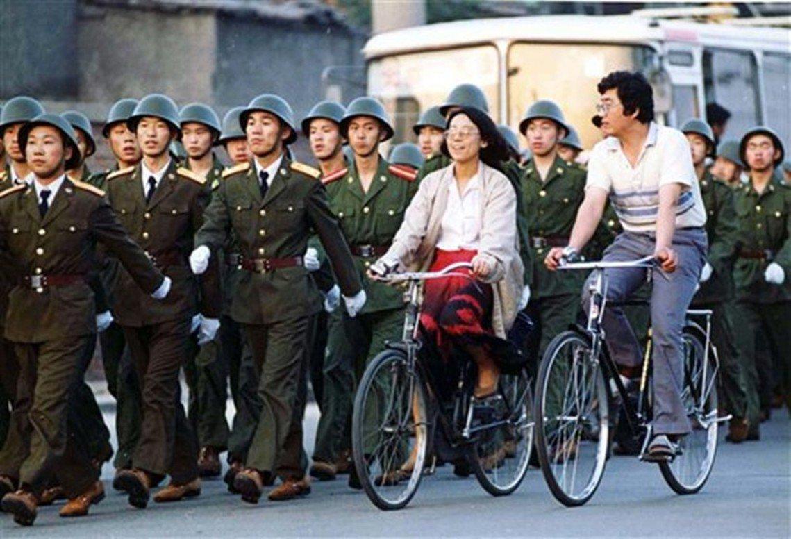 2日當天,進駐北京的部隊出外操練的次數越來越頻繁,美聯社在2日報導:戒嚴部隊已經...