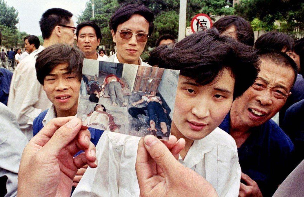 「六四天安門事件」的慘劇,世界看見了嗎?圖為1989年6月5日,民眾遭鎮壓的流血...