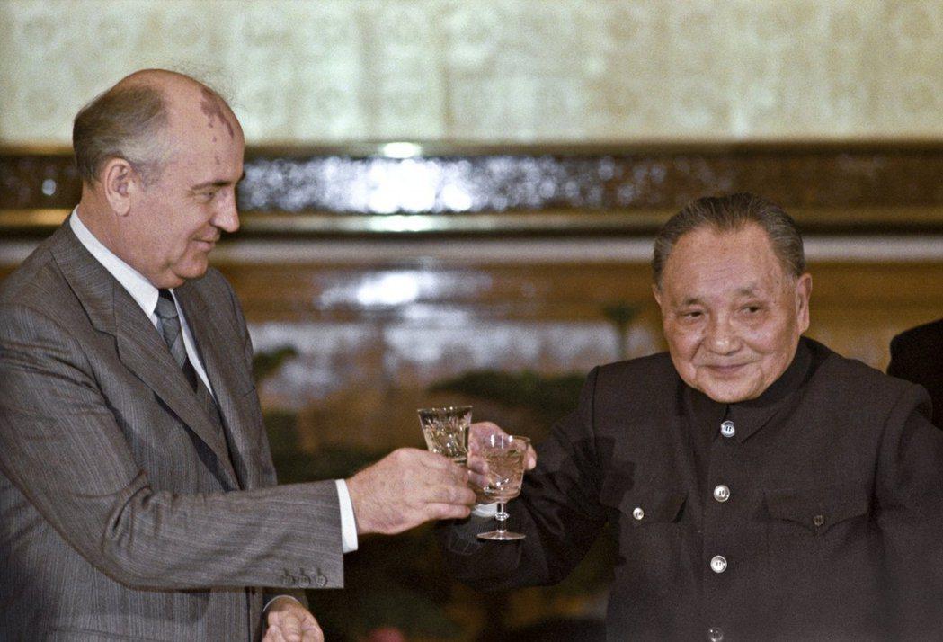 天安門前山雨欲來之際,戈巴契夫於5月15日至18日訪問北京,這是蘇聯與中國交惡3...