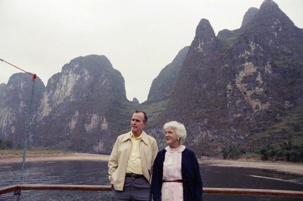 除了政治框架及決策結構,老布希自己的「中國情結」恐怕也影響了他的判斷。圖為198...