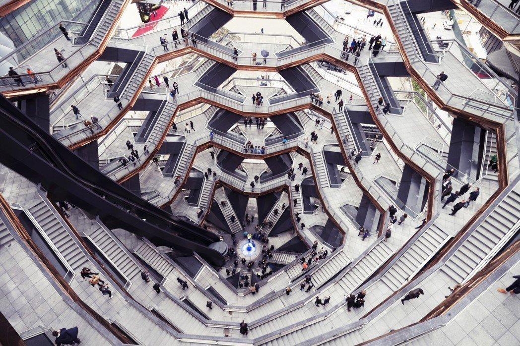 有評論者稱這個作品不僅是「通往無處的天梯」,更是「自戀的假公共空間」;Vesse...