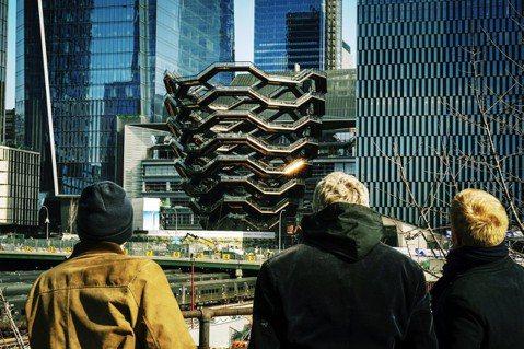 紐約曼哈頓中城西邊的工業運輸帶,近年突然冒出各式的玻璃帷幕大樓與建築,其中最受矚...