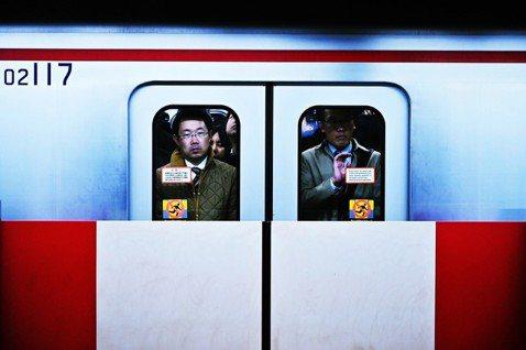 隨著經濟的衰退,日本特有的「終身雇用制」也面臨崩壞。這個束縛著企業與上班族的魔咒...
