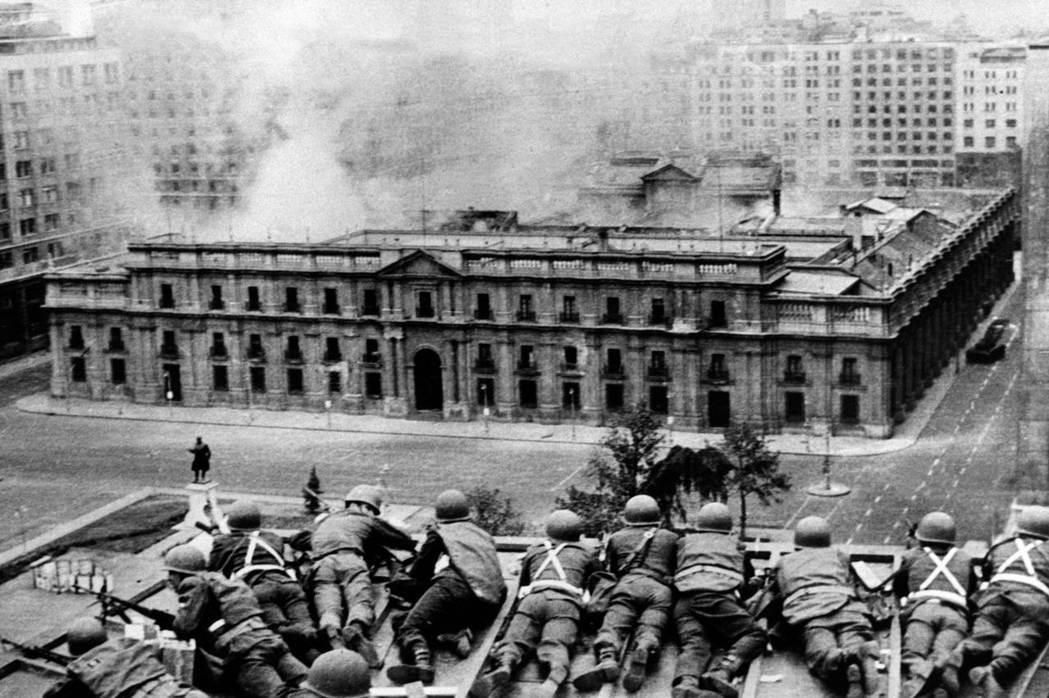 幾個小時之內,整個國家被軍隊控制住。皮諾契方公開宣布:阿葉德在皮諾契將軍率領的政...