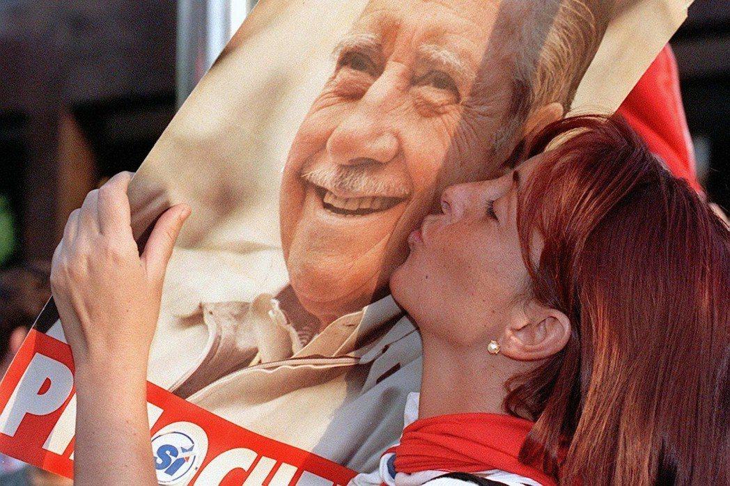 獨裁或法西斯,對這一大群人來說,並不是罪惡,反倒是榮光。這些智利人崇拜且記憶這位...