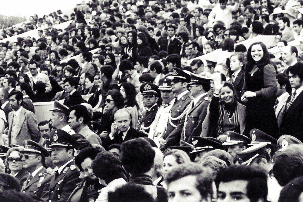 從這張照片,你看得出來哪些人是獨裁「加害者」嗎?圖為《親密正義》劇照,照片右方與...