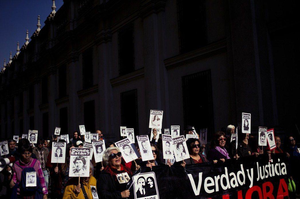 「我們向彼此道賀,但對那些失去親人的家庭感到悲傷,因為他們所愛已被智利的武力及特...