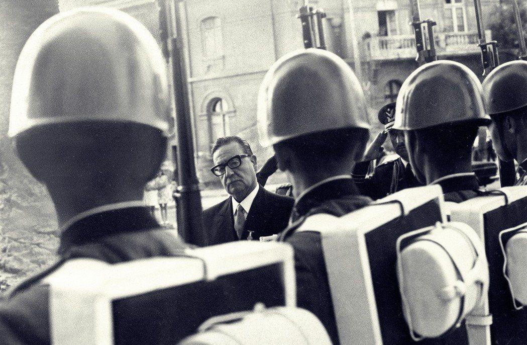 阿葉德(圖中)是智利首任民選總統,他上台之後大力推行土地改革,將重要事業和礦產國...