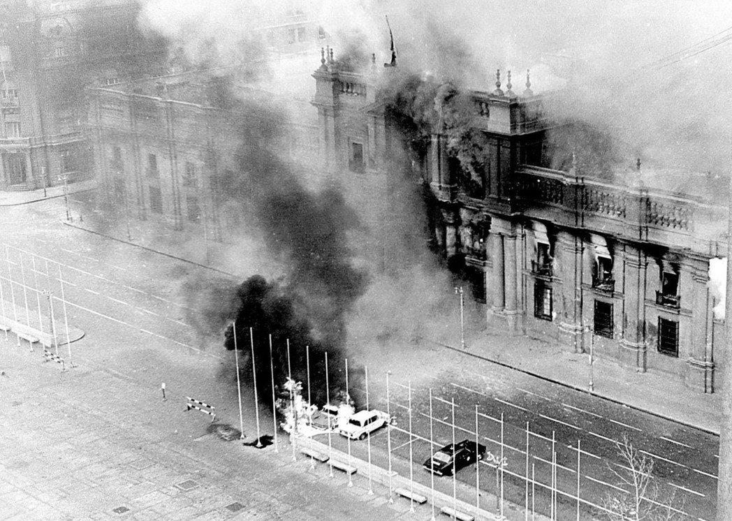 阿葉德在廣播電台上發表最後演說不久,軍隊便開始轟炸拉莫內達宮。 圖/美聯社