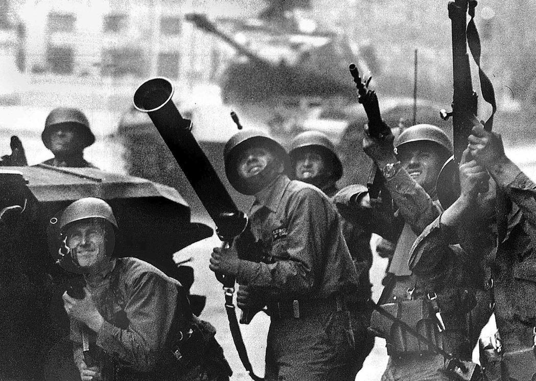 1973年9月11日,擔任陸軍總司令的皮諾契指揮軍隊包圍拉莫內達宮(La Mon...