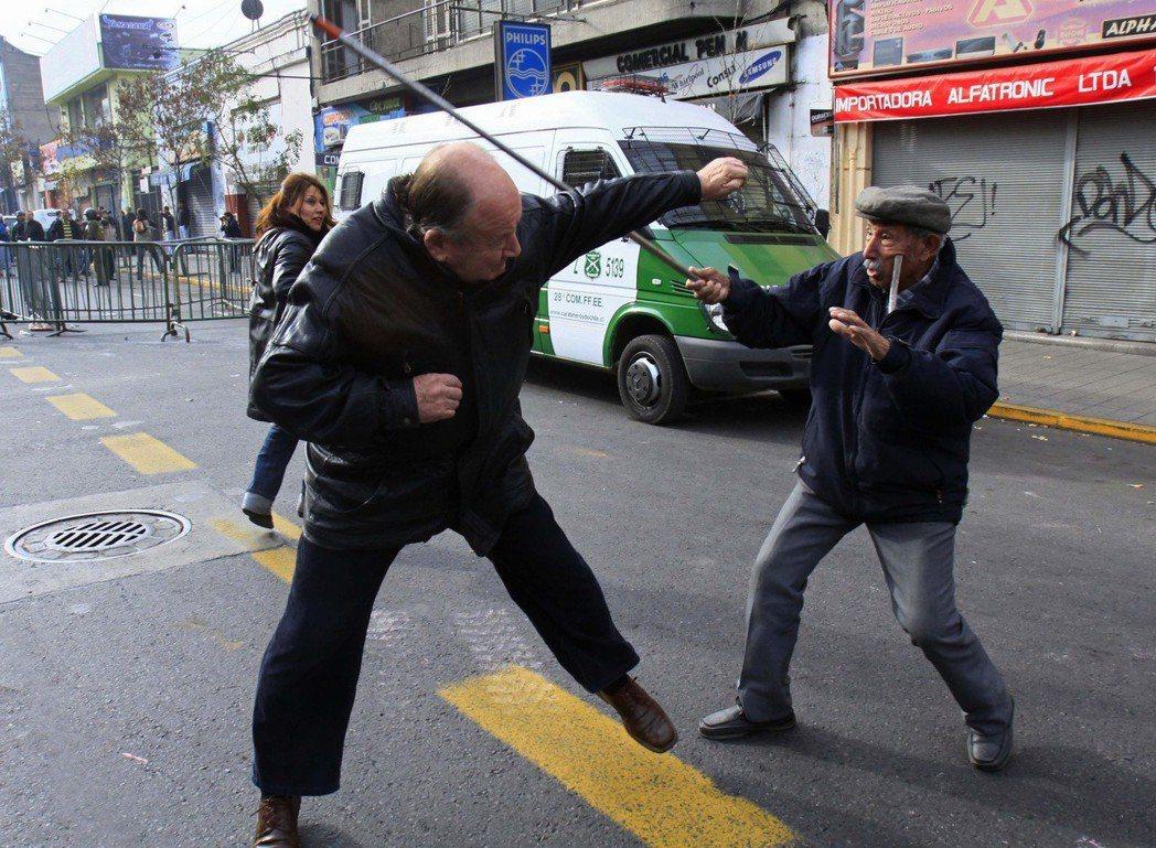 「如果沒有正義,沒有真理,也就不可能做到和睦相處。」圖為智利街頭支持與反對皮諾契...